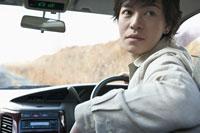 車を運転する男性 11004071234  写真素材・ストックフォト・画像・イラスト素材 アマナイメージズ