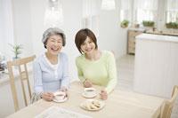 ティータイムの母と娘 11004072243  写真素材・ストックフォト・画像・イラスト素材 アマナイメージズ