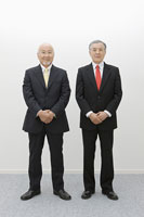 並んで立つビジネスマン 11004072328| 写真素材・ストックフォト・画像・イラスト素材|アマナイメージズ