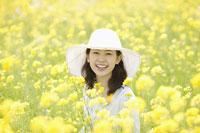 菜の花畑の女性