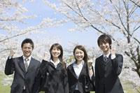 桜の木の前に立つ新入社員 11004072703  写真素材・ストックフォト・画像・イラスト素材 アマナイメージズ