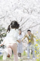 家族のもとへ走る女の子