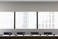 ビル街を臨む会議室 11004073241  写真素材・ストックフォト・画像・イラスト素材 アマナイメージズ