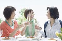 乾杯をする三人の中高年女性