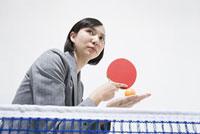 卓球をするビジネスウーマン
