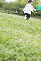 公園を走る女の子