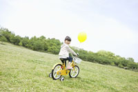 自転車で遊ぶ女の子 11004073986  写真素材・ストックフォト・画像・イラスト素材 アマナイメージズ