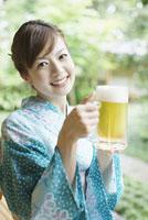 ビールジョッキを持った浴衣姿の女性
