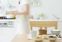 テーブルの上の朝食と女性