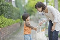 買い物袋を持つ親子