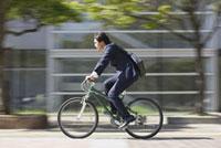 自転車に乗ったビジネスマン 11004075809| 写真素材・ストックフォト・画像・イラスト素材|アマナイメージズ