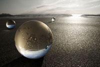 砂浜の上のガラス球