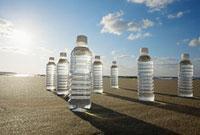 浜辺に置かれたペットボトル