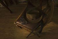 イスの上の帽子と手袋
