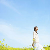 笑う女性 11004078236  写真素材・ストックフォト・画像・イラスト素材 アマナイメージズ