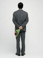 花束を持つ男性の後ろ姿