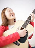 ギターを弾く日本人女性