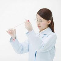 試験管とスポイトを持った女性 11004080464| 写真素材・ストックフォト・画像・イラスト素材|アマナイメージズ