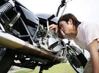 バイクを点検する男性 11004080495| 写真素材・ストックフォト・画像・イラスト素材|アマナイメージズ