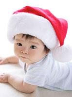 サンタ帽をかぶった赤ちゃん