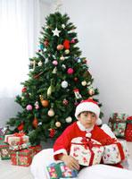 サンタクロースの服を着た男の子