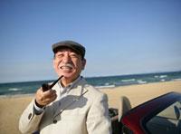 帽子をかぶりパイプを持つ日本人のシニア男性 11004083383| 写真素材・ストックフォト・画像・イラスト素材|アマナイメージズ