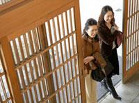 玄関を入る二人の日本人女性