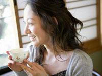 お茶を飲む日本人女性