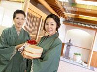 温泉に向かう日本人女性