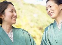 浴衣を着た二人の日本人女性