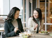 食事する二人の日本人女性
