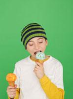 アイスクリームを食べる少年 11004084017| 写真素材・ストックフォト・画像・イラスト素材|アマナイメージズ