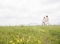 土手を散歩するカップル
