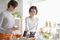 お茶を入れる20代の日本人女性2人
