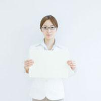 メッセージボードを持つビジネスウーマン 11004086210| 写真素材・ストックフォト・画像・イラスト素材|アマナイメージズ