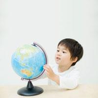 地球儀と男の子