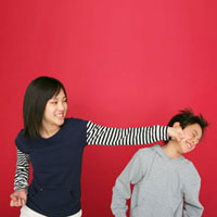 男の子にパンチする女の子 11004087092| 写真素材・ストックフォト・画像・イラスト素材|アマナイメージズ