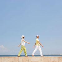 防波堤を歩くカップル