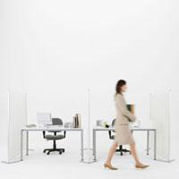 オフィスを歩くビジネスウーマン 11004087236| 写真素材・ストックフォト・画像・イラスト素材|アマナイメージズ