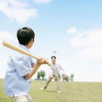 草原で野球をする親子 11004087380| 写真素材・ストックフォト・画像・イラスト素材|アマナイメージズ