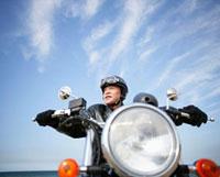 バイクに跨る男性