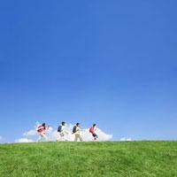 丘を歩く小学生