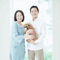 笑う夫婦と犬