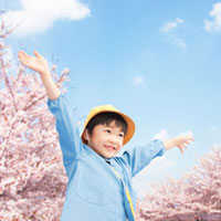 両手を挙げる男の子 11004088905  写真素材・ストックフォト・画像・イラスト素材 アマナイメージズ