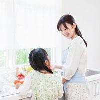 キッチンで笑い合う親子