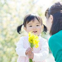 両手で花束を持つ女の子