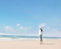 砂浜に立つ女性