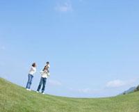 草原に立つ家族
