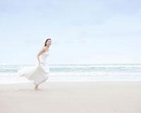 砂浜を走る新婦