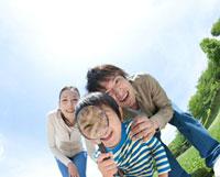 虫眼鏡で覗き込む家族